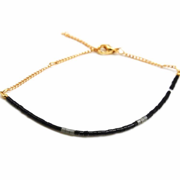 Bracelet-Fine-Rangee-Perles-de-Rocaille-Noir-et-Chaine-Doree