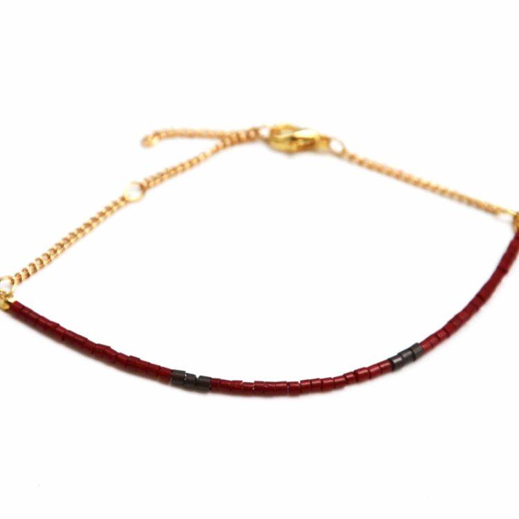 Bracelet-Fine-Rangee-Perles-de-Rocaille-Bordeaux-et-Chaine-Doree