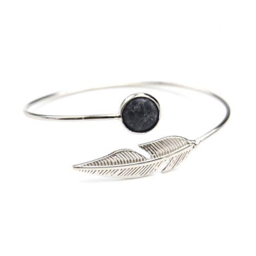 Bracelet-Jonc-Ouvert-avec-Pierre-Ronde-Marbre-Noir-et-Plume-Ethnique-Metal-Argente