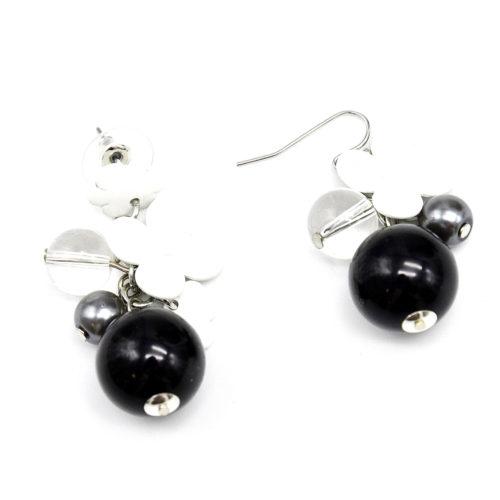 Boucles-dOreilles-Asymetrique-Fleurs-Resine-et-Grappe-Perles-Blanc-Noir