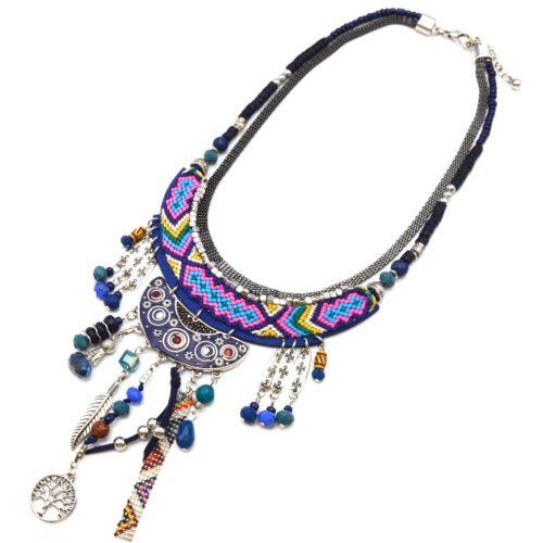 Collier-Plastron-Pendentif-Macrame-Bleu-avec-Perles-et-Multi-Charms-Metal-Argente