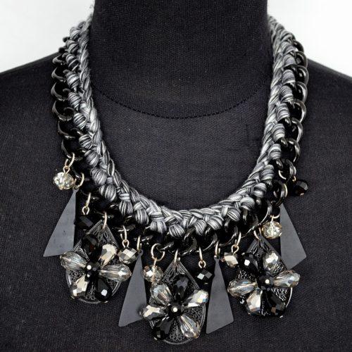 Collier-Plastron-Chaine-Tressee-Fil-Pendentifs-Fleurs-Perles-NoirGris