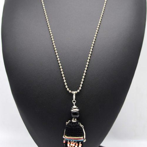 Sautoir-Collier-Pendentif-Poupee-Robe-Tricot-Macrame-Noir-Chaines-Perles-Plume