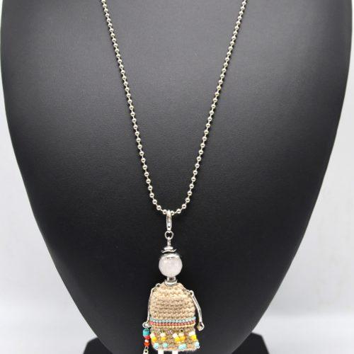 Sautoir-Collier-Pendentif-Poupee-Robe-Tricot-Macrame-Beige-Chaines-Perles-Plume