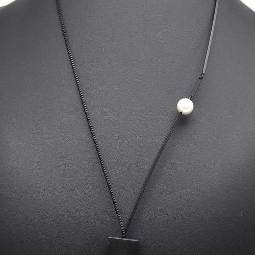 Sautoir-Collier-Pendentif-Geometrique-Carre-Ouvert-Metal-Noir-et-Perle-Blanche