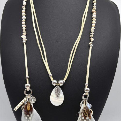 Sautoir-Collier-Enroule-Style-Foulard-Nacre-Perles-Charms-et-Plumes-Ethnique-Ecru