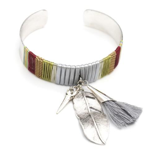 Bracelet-Jonc-Large-Ouvert-avec-Fils-Cordons-et-Charms-Plume-Ethnique-Metal-Argente-Pompon-Gris