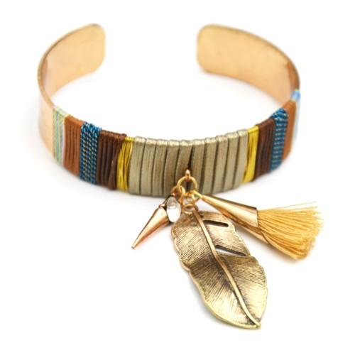 Bracelet-Jonc-Large-Ouvert-avec-Fils-Cordons-et-Charms-Plume-Ethnique-Metal-Argente-Pompon-Beige