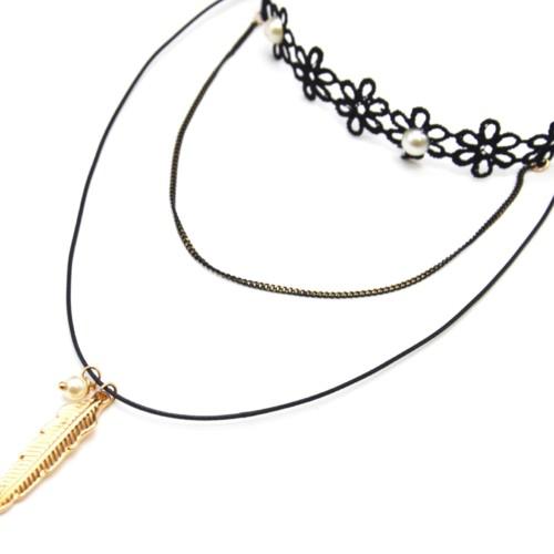 Collier-Choker-Ras-du-Cou-Fleurs-Tissu-Ajoure-Noir-avec-Perles-et-Chaine-Cordon-Pendentif-Plume-Metal-Dore