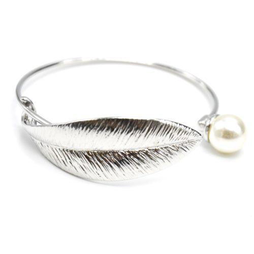 Bracelet-Jonc-Ouvert-avec-Feuille-Relief-Metal-Argente-et-Perle-Ecru