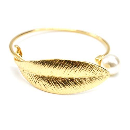 Bracelet-Jonc-Ouvert-avec-Feuille-Relief-Metal-Dore-et-Perle-Ecru