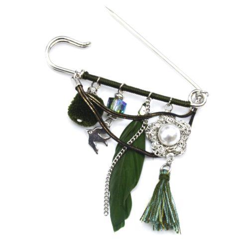 Broche-Epingle-Metal-Argente-avec-Multi-Charms-Oiseau-Fleur-Pompons-et-Plume-Ethnique-Kaki