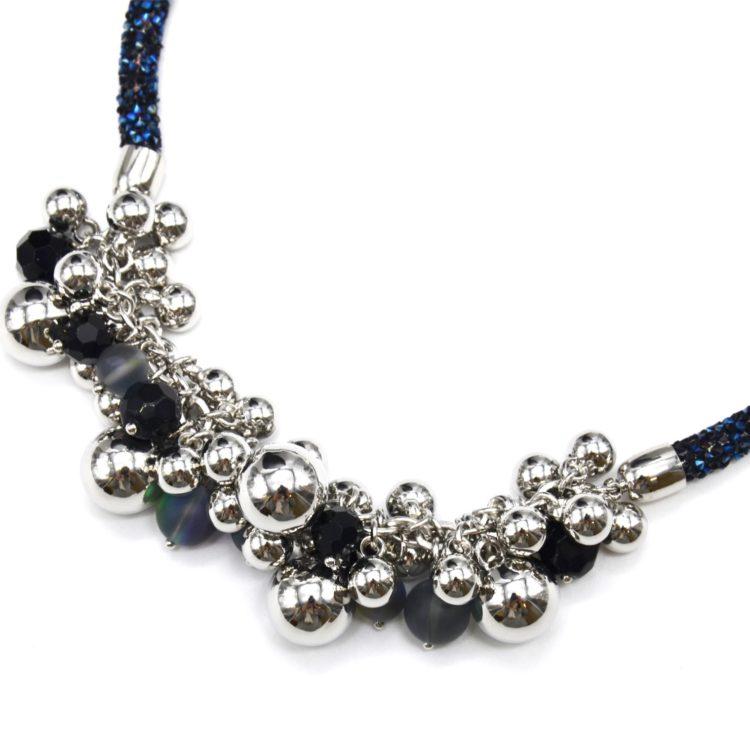 Collier-Ras-du-Cou-Clous-Brillants-Bleu-avec-Grappe-de-Perles-et-Boules-Metal-Argente