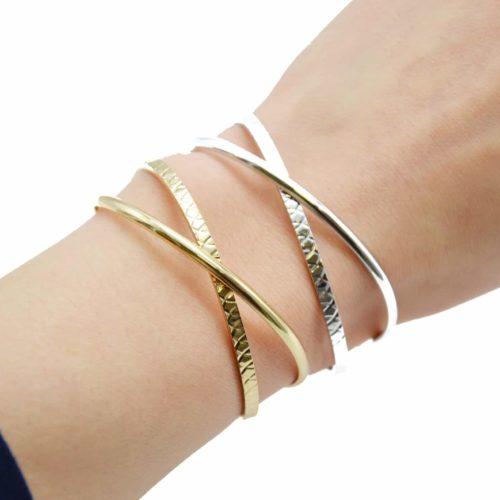 Bracelet-Ouvert-Double-Jonc-Croises-Metal-et-Relief-Ecailles