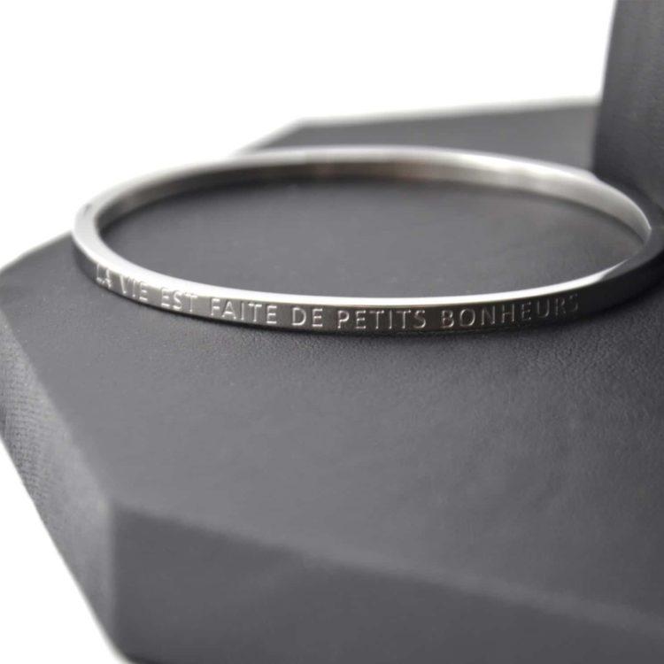 Bracelet-Jonc-Fin-Acier-Argente-avec-Message-La-Vie-est-Faite-de-Petits-Bonheurs