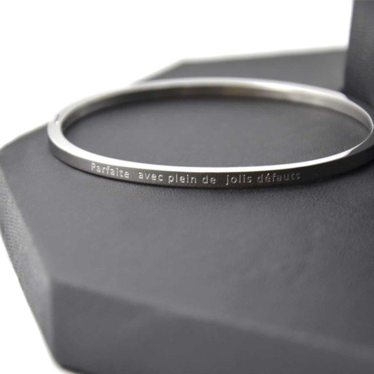 Bracelet-Jonc-Fin-Acier-Argente-avec-Message-Parfaite-avec-Plein-de-Jolis-Defauts