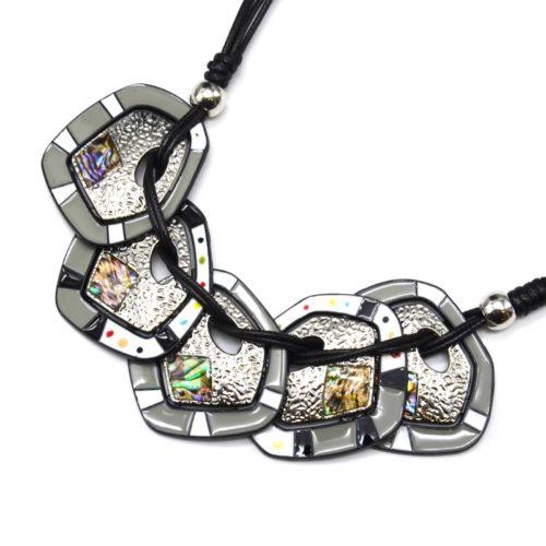 Collier-Plastron-Multi-Cordons-Noir-avec-Plaques-Email-Gris-Hologrammes-et-Metal-Relief-Argente