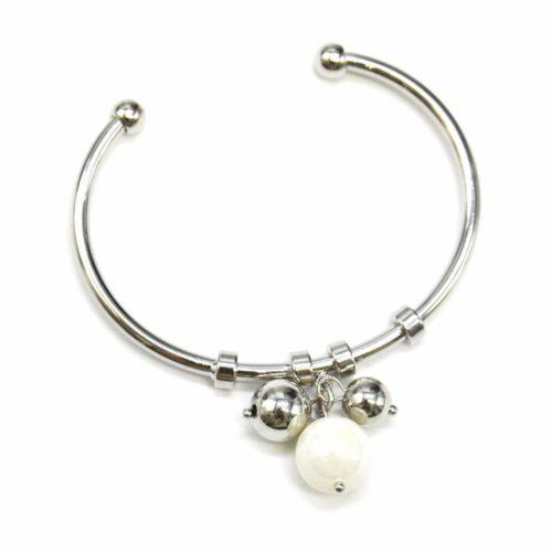 Bracelet-Jonc-Ouvert-avec-Multi-Charms-Perle-Ecru-et-Boules-Metal-Argente