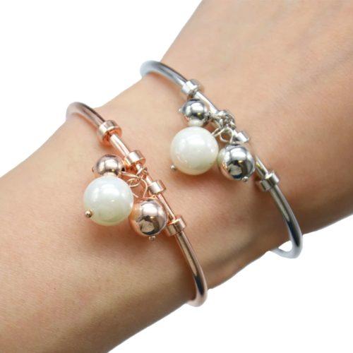 Bracelet-Jonc-Ouvert-avec-Multi-Charms-Perle-Ecru-et-Boules-Metal
