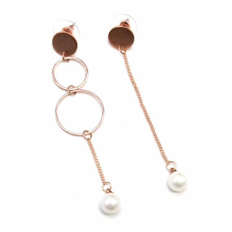 Boucles-dOreilles-Pendantes-Asymetriques-Multi-Cercles-et-Chaine-Metal-Or-Rose-avec-Perle-Ecru
