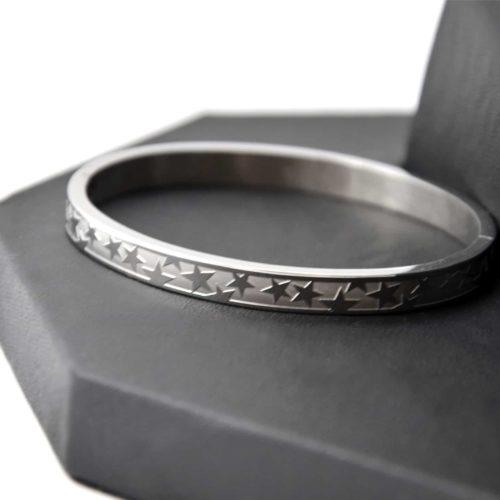 Bracelet-Jonc-Moyen-Acier-Argente-avec-Bande-Motif-Multi-Etoiles