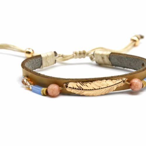 Bracelet-Cordon-Ajustable-Simili-Cuir-Beige-avec-Plume-Ethnique-Metal-et-Perles