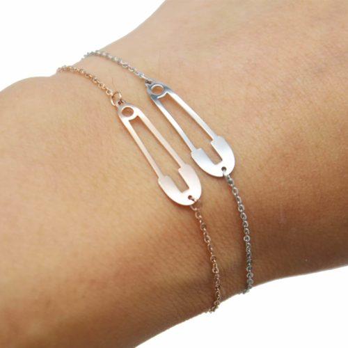 Bracelet-Fine-Chaine-avec-Charm-Epingle-Contour-Acier