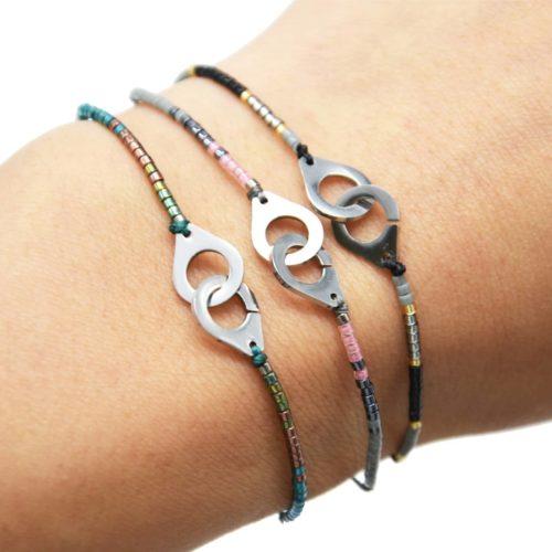 Bracelet-Cordon-Ajustable-avec-Perles-Rocaille-et-Charm-Menottes-Acier-Argente