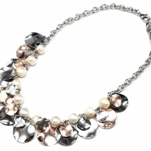 Collier-Plastron-Chaine-avec-Perles-Ecru-et-Multi-Pampilles-Metal-Tricolore