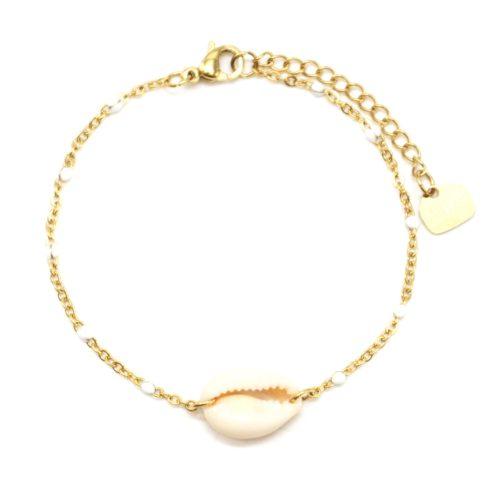 Bracelet-Fine-Chaine-Acier-Dore-Mini-Perles-Email-Blanc-avec-Coquillage