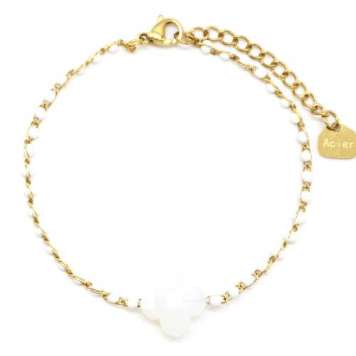 Bracelet-Fine-Chaine-Acier-Dore-Perles-Email-Blanc-avec-Pierre-Trefle