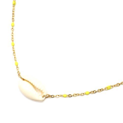 Collier-Fine-Chaine-Acier-Dore-Mini-Perles-Email-Jaune-et-Pendentif-Coquillage