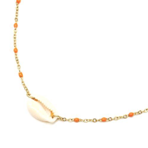 Collier-Fine-Chaine-Acier-Dore-Mini-Perles-Email-Orange-et-Pendentif-Coquillage
