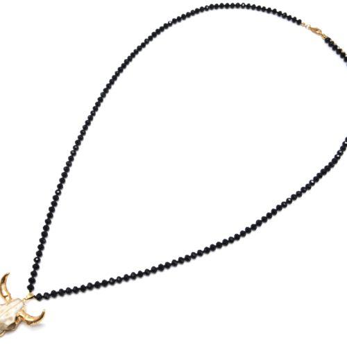 Sautoir-Collier-Perles-Brillantes-Noir-avec-Pendentif-Tete-Buffle-Ecru-Dore