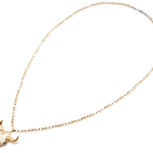 Sautoir-Collier-Perles-Brillantes-Beige-avec-Pendentif-Tete-Buffle-Ecru-Dore