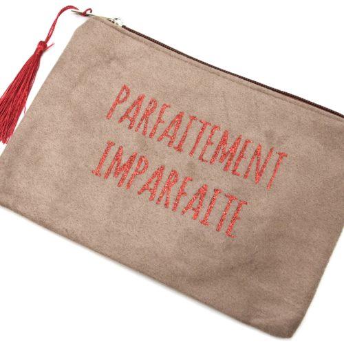 Trousse-Maquillage-Pochette-Daim-Taupe-Message-Parfaitement-Imparfaite-et-Pompon-Rouge