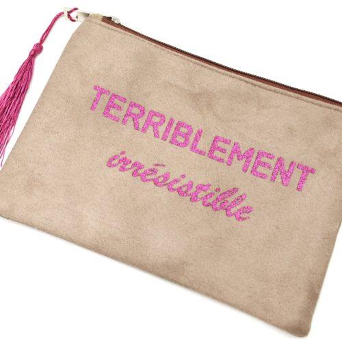Trousse-Maquillage-Pochette-Daim-Taupe-Message-Terriblement-Irresistible-et-Pompon-Fuchsia