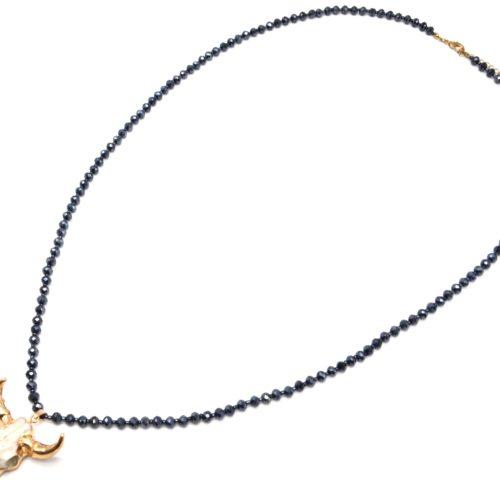 Sautoir-Collier-Perles-Brillantes-Bleu-Nuit-avec-Pendentif-Tete-Buffle-Ecru-Dore