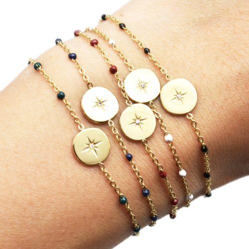 Bracelet-Fine-Chaine-Acier-Dore-et-Mini-Perles-Email-avec-Cercle-Etoile-Polaire