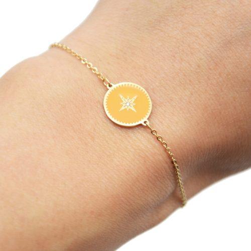 Bracelet-Fine-Chaine-Acier-Dore-avec-Cercle-Email-Jaune-Orange-Motif-Etoile-Polaire