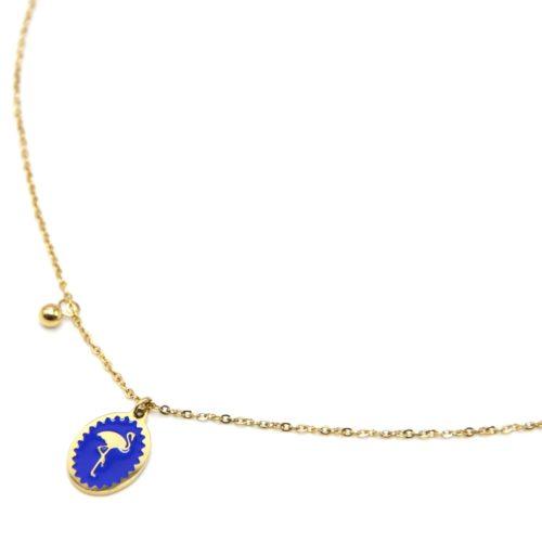 Collier-Fine-Chaine-Acier-Dore-avec-Ovale-Email-Bleu-Motif-Flamant-Rose