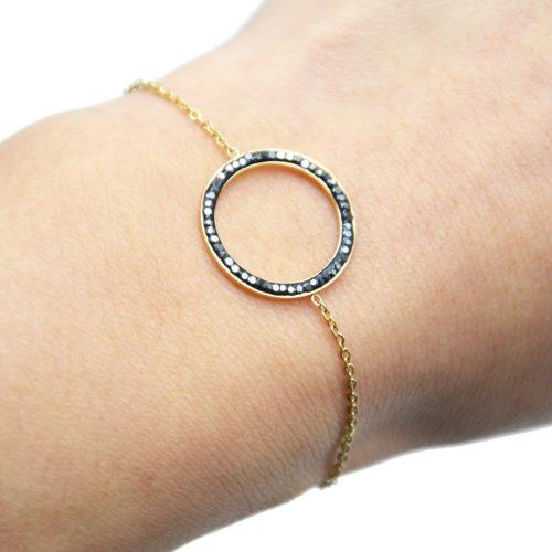 Bracelet-Fine-Chaine-Acier-Dore-avec-Charm-Cercle-Contour-Strass-Gris