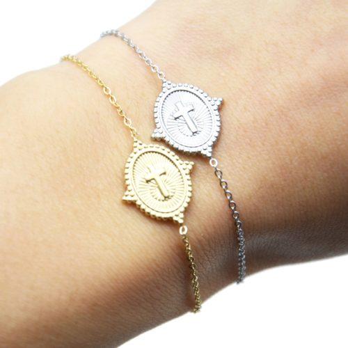 Bracelet-Fine-Chaine-avec-Medaille-Rayures-Croix-Contour-Points-Acier