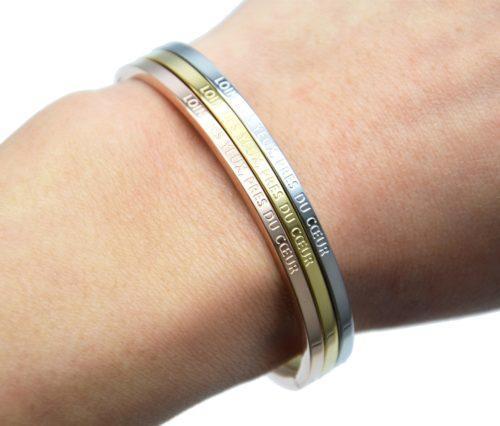Bracelet-Jonc-Fin-Acier-avec-Message-Loin-des-Yeux-Pres-du-Coeur