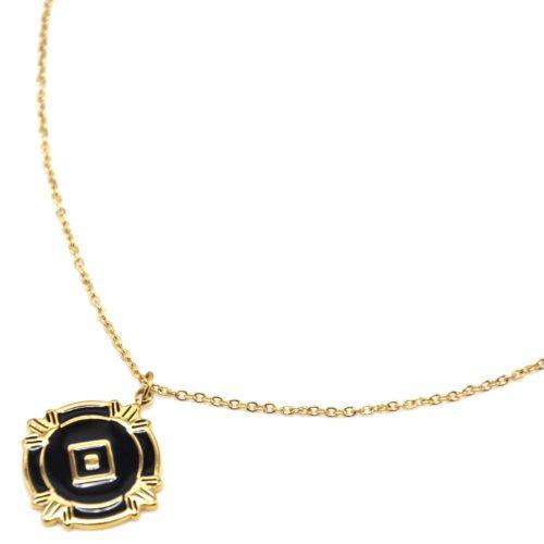 Collier-Fine-Chaine-avec-Medaille-Email-Noir-Losange-et-Motifs-Acier-Dore