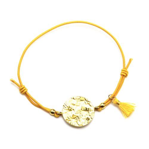 Bracelet-Elastique-Moutarde-Charm-Medaille-Martelee-Acier-Dore-et-Pompon