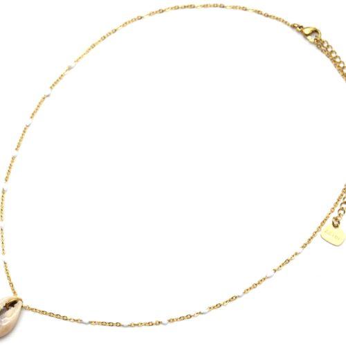 Collier-Fine-Chaine-Acier-Dore-avec-Mini-Perles-Email-Blanc-et-Cauri
