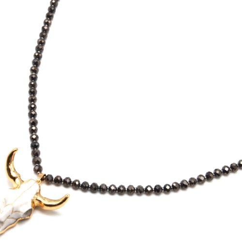 Sautoir-Collier-Perles-Brillantes-Taupe-Marron-avec-Pendentif-Tete-Buffle-Ecru-Dore