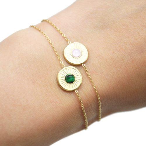 Bracelet-Fine-Chaine-avec-Cercle-Grave-Soleil-Acier-Dore-et-Pierre-Couleur