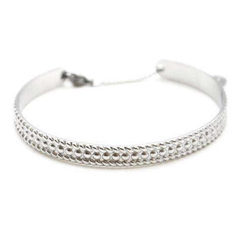 Bracelet-Jonc-Acier-Argente-avec-Motif-Points-Contour-Rayures-et-Chainette-Fermoir